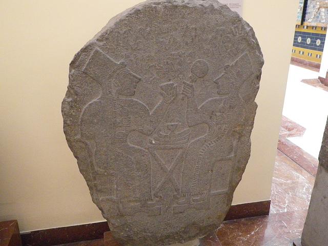 Stèle avec personnages.
