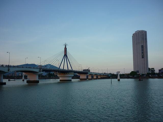 Le pont d'Hô Chi Minh à la tombée du jour