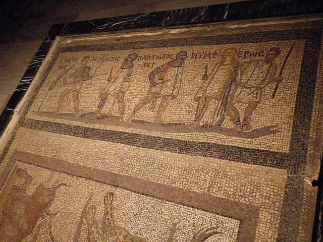Mosaïque : gladiateurs.
