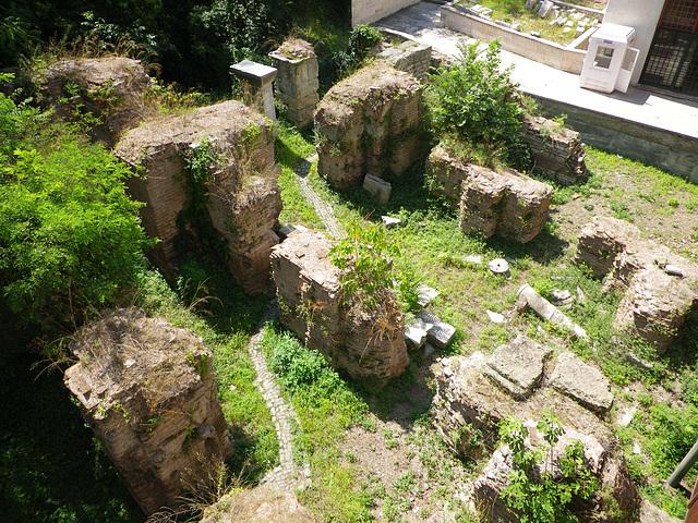 Ruines de thermes dans l'arrière-cour du musée des Antiquités.