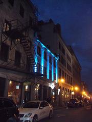 Fire escapes among the blue night / Bleu nuit brûlante.