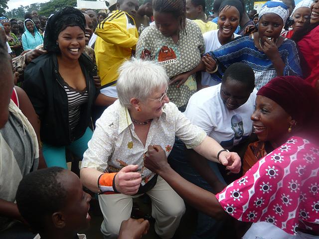 2011 en Burundo: virinoj dancas.