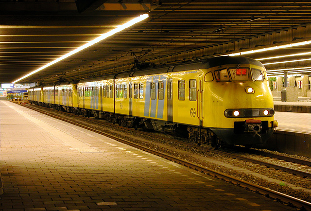 Night shot of Dutch train units 952, 470 and 955