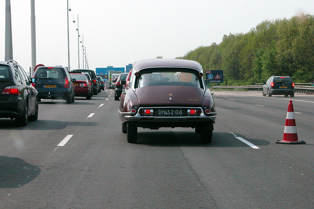 Standing in a traffic jam: 1969 Citroën DS 20 Pallas