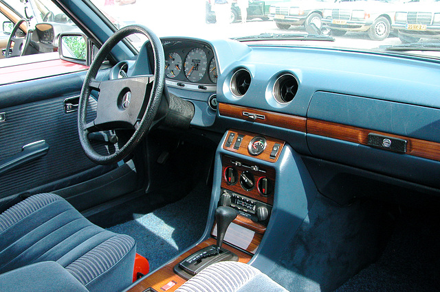 At a Mercedes W123-meeting: fancy interior