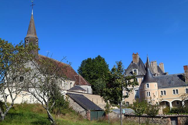 Château privé de Moléans surplombant la Vallée de la Conie .