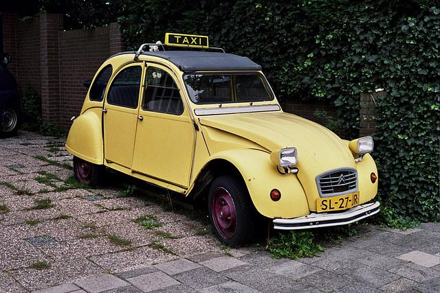 Car spotting: unusual taxi 1987 Citroën 2CV6 Club