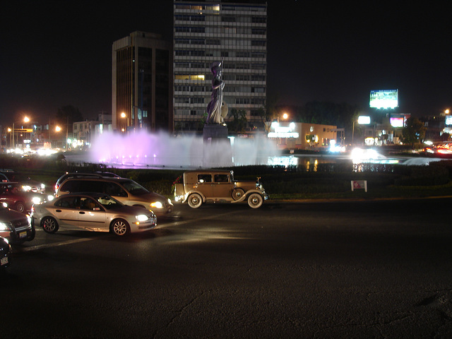 Fontaine et statue / Sculpture & fountain.