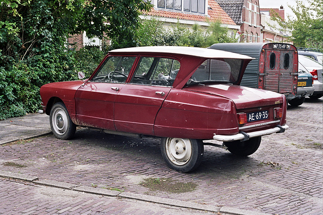 I discovered a small collection of old French cars: 1968 Citroën Ami 6