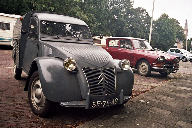 I discovered a small collection of old French cars: 1960 Citroën AZU & 1968 Citroën Ami 6