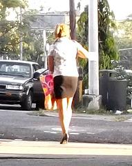 Panamian girl in short skirt and high heels / Panaméenne sexy en jupe courte et talons hauts - Recadrage