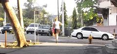 Panamian girl in short skirt and high heels / Panaméenne sexy en jupe courte et talons hauts - Recadrage.
