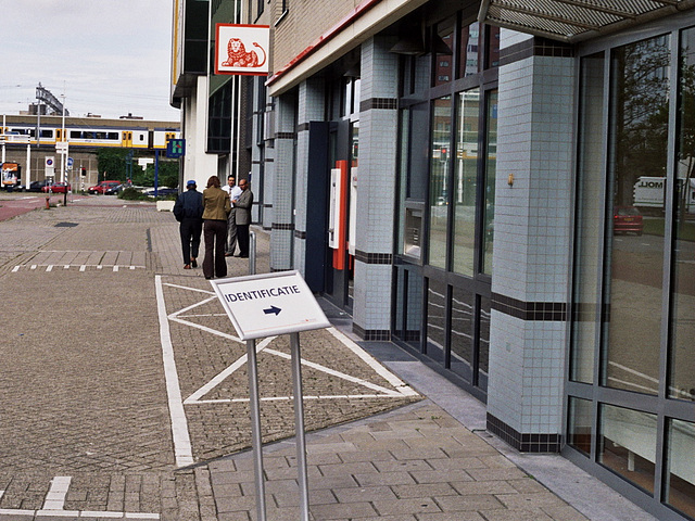 The new Dutch Identification Law in action: sign to identify yourself at the bank
