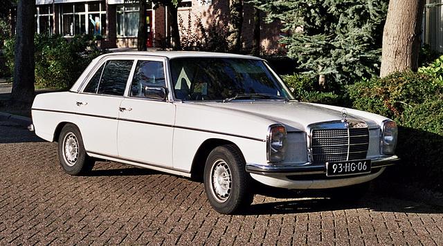 Merc spots: 1976 Mercedes-Benz 230.4