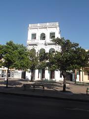 Architecture blanchâtre parmi les ombres cubaines / White gem building amongst cuban shadows.