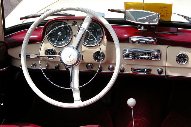 Mercs at the National Oldtimer Day: dashboard of a 1962 Mercedes-Benz 190 SL