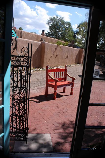 Beckoning bench