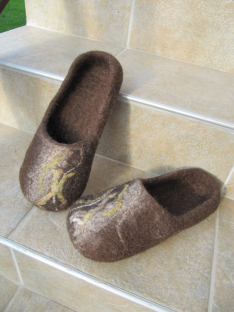felted men's slippers - brown