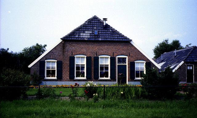 A picture of 30 years ago of the house of grandparents where they lived after their retirement