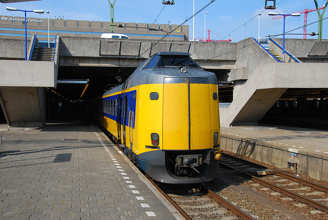 EMU 4072 poking out of The Hague Central Station