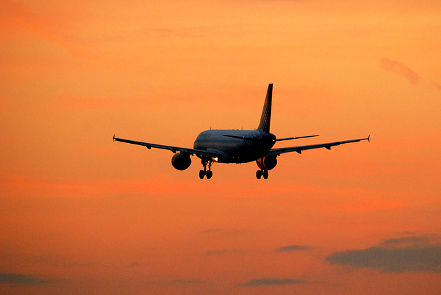 Airbus A320 of Vueling.com (EC-JAB) landing at Schiphol
