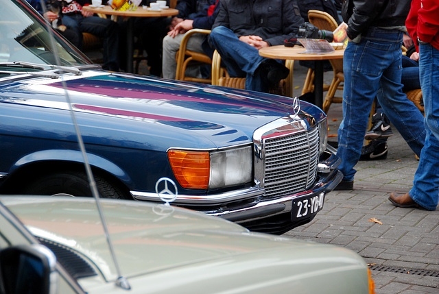 1972 Mercedes-Benz 450 SEL inspects some W123s