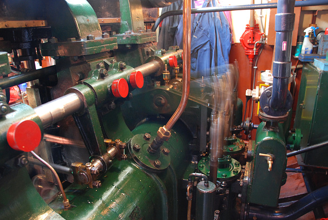 A trip with the steam tug Adelaar: Steam engine at work