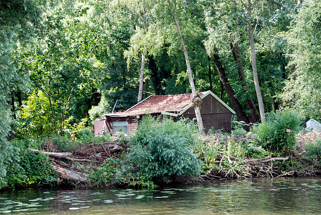 A trip with the steam tug Adelaar: house of the indigenous population living along the Vecht