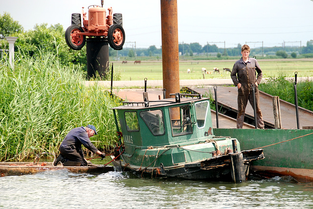 A trip with the steam tug Adelaar: repairing the small tug Janus