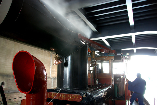 A trip with the steam tug Adelaar: Collapsible funnel of the Adelaar