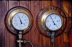 A trip with steam tug Adelaar: Steam gauges of the Adelaar