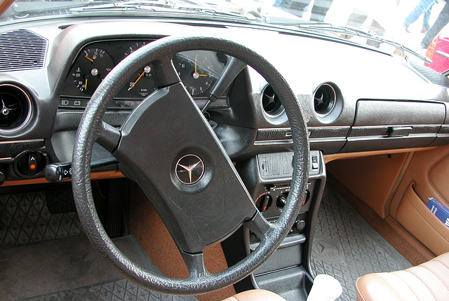 Oldtimer day in Emmen: Mercedes-Benz 200 with rare column shift