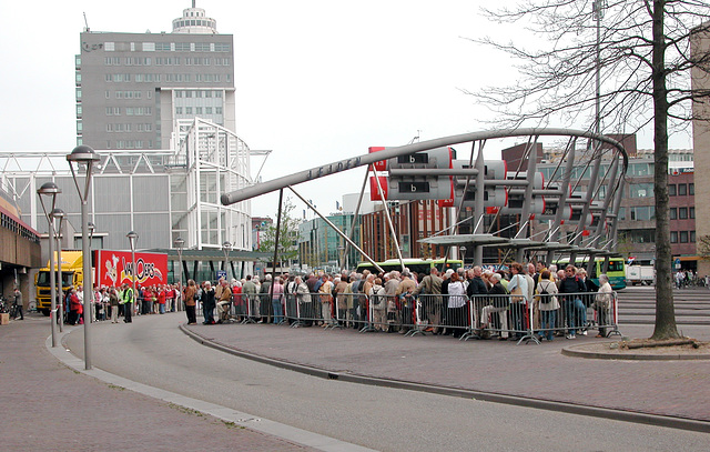 People waiting to go to the Keukenhof by bus