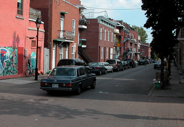 The Mercedes-Benz W123 in Canada: a 300D in Montreal