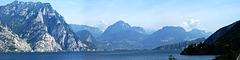 Riva am Nordende des Lago di Garda (links) und der Monte Brione, der zwischen Riva und Torbole liegt. ©UdoSm
