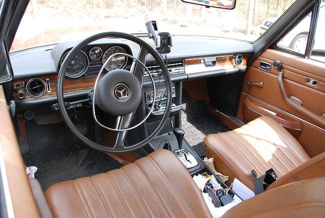 Mercedes meet-and-drive: W114-250C interior