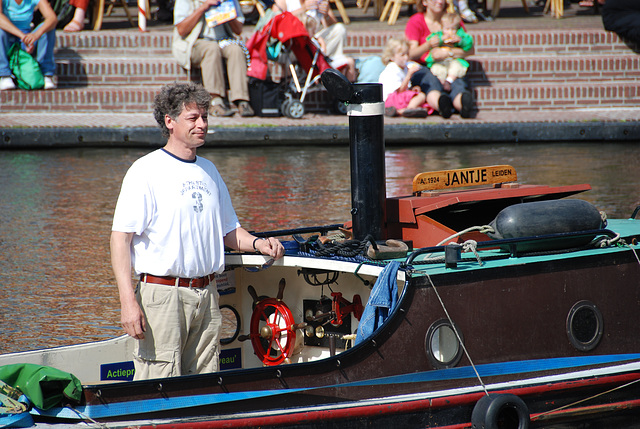 Floating music festival in Leiden: Skipper Rob of the Jantje (1924) with 12pk 12/2 Lister engine