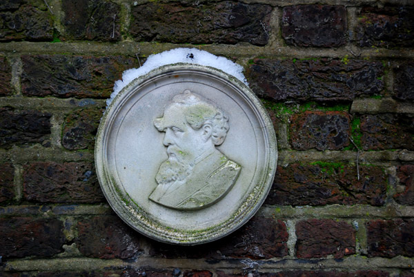 Dickens in the round