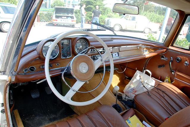 Mercedes meeting: Dashboard of a 1965 Mercedes-Benz 220 SE