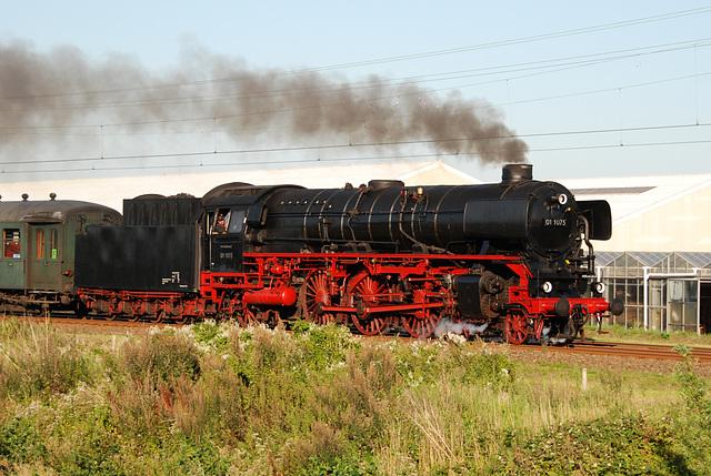 Celebration of the centenary of Haarlem Railway Station: Engine 01 1075 passing at Piet Gijzenbrug