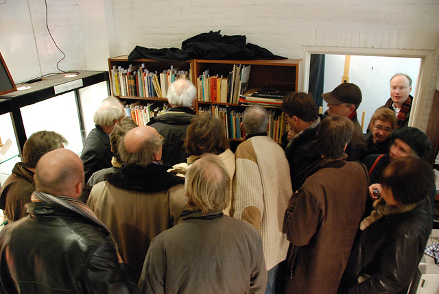 After the auction, people flocked to the bookcases to see the books of Karel van het Reve