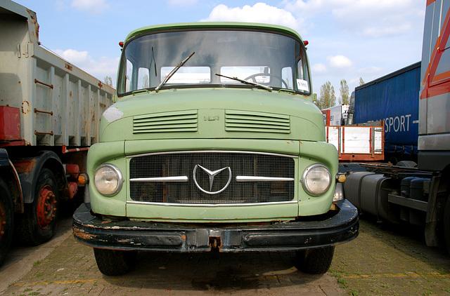 Mercedes-Benz 1418 truck