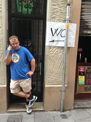 Classic Barcelonese cellphone technique!