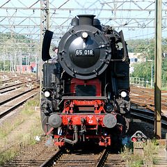 Celebration of the centenary of Haarlem Railway Station: Engine 65 018 arriving from Zandvoort