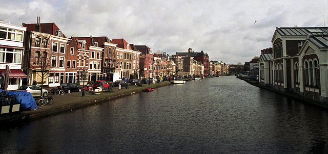 Canals in Leiden: the Rhine with the Apothekersdijk (Apothecaries' Dike) on the left and the Boommarkt (Tree Market) on the right