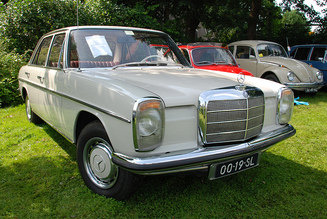 Oldtimer day at Ruinerwold: 1971 Mercedes-Benz 230