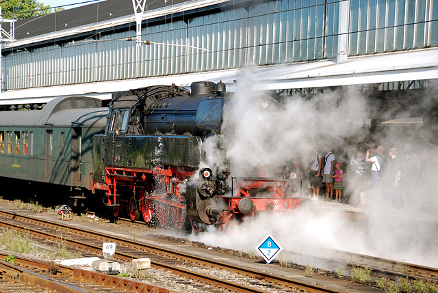 Celebration of the centenary of Haarlem Railway Station: Engine 65 018 letting of some steam