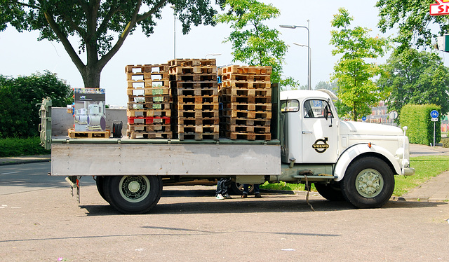 Industrie motorendag 2008: 1972 Volvo N88 truck clearing up