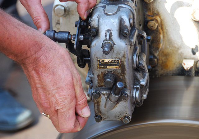 Industrie motorendag 2008: trying to repair a Bosch injection pump by tapping on it