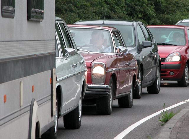 Mercedes-Benz 250 C stuck in modern traffic